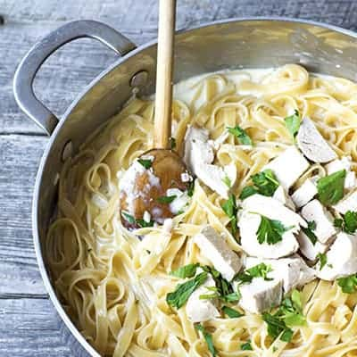 Easy Chicken Alfredo is an easy weeknight dinner recipe. | The Hungry Waitress