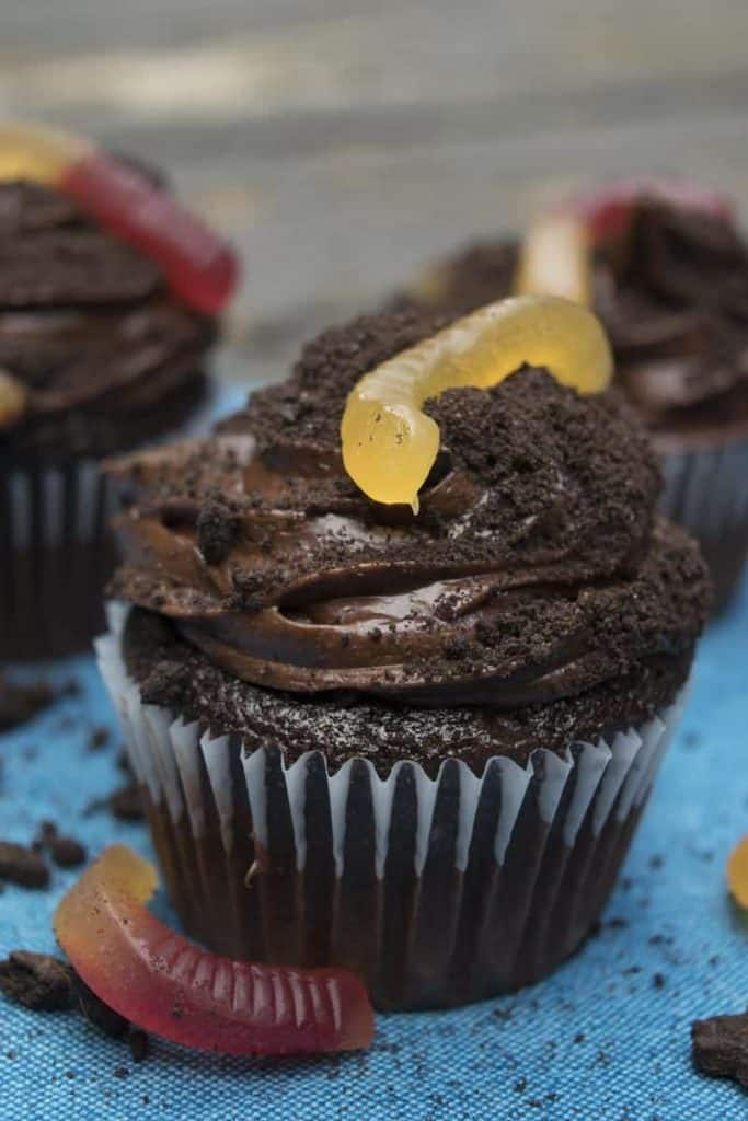 Dirty Worm Cupcakes are a spooky Halloween dessert for a Halloween party or any creepy celebration! | Theu Hungry Waitress